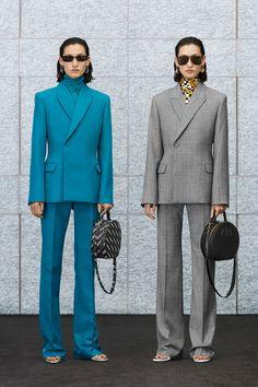 Apr 2020 - The complete Balenciaga Resort 2020 fashion show now on Vogue Runway. 2020 Fashion Trends, Fashion Week, Fashion 2020, Look Fashion, Daily Fashion, Autumn Fashion, 1940s Fashion, Fashion Suits, Edwardian Fashion