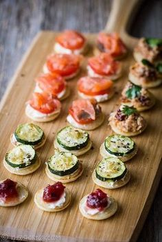 20 Sweet Wedding Finger Food and Mini Dessert Ideas for Your Big Day mini blinis wedding finger food ideas Christmas Buffet, Christmas Party Food, Christmas Canapes, Wedding Finger Foods, Brunch Finger Foods, Snacks Für Party, Mini Foods, Appetisers, High Tea