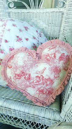 Ash Tree Cottage: Pillow Talk
