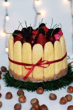 Receita de charlotte com mousse de chocolate e frutas vermelhas perfeita para a sobremesa para o Natal. Receita fácil e deliciosa para fazerem em casa.