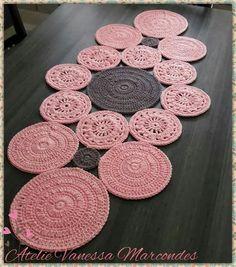Caminho de mesa Granny Square Crochet Pattern, Crochet Chart, Crochet Motif, Crochet Designs, Crochet Doilies, Crochet Stitches, Knit Crochet, Crochet Table Topper, Crochet Table Runner