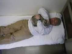 Inmate Richard Amaro holds Clementine, part of a cat adoption program in a Washington state prison. 37 Pictures That Prove Cats Have Hearts Of Gold Social Work Quotes, Anatole France, Animal Society, Cat People, Cat Facts, Man In Love, Heart Of Gold, Cool Cats, Pet Birds