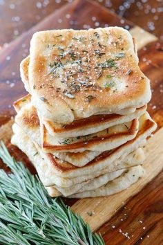 Rosemary Sea Salt Flatbread The PERFECT appetizer or side dish to serve with dinner! This bread is SO quick and easy to whip up. It& lightly fried in olive oil and topped with fresh rosemary and sea salt. The perfect combination! Think Food, I Love Food, Food For Thought, Good Food, Yummy Food, Tasty, Naan, Ciabatta, The Best