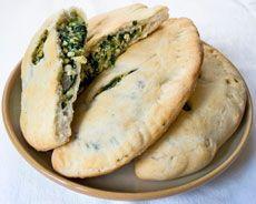 Tip van deVegetariër-redactie: Check hier het recept voor het maken van pizzadeeg. In plaats van de ricotta kun je ook geprakte tofoe gebruiken; Goed idee om je pizza dubbel te klappen. Zeker bij spinazie, anders loopt het er maar uit. Ik maakte 'm met feta en pijnboompitten ipv mozzarella. Lekker herfstvakantie recept :-) - See more at: http://www.devegetarier.nl/recepten/brood-pizza-sandwiches-en-wraps/calzone#sthash.HF8cVgHl.dpuf