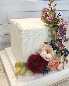 The decoration of the wedding cake can reflect the quality of the wedding. Burgundy Wedding Cake, Purple Wedding Cakes, Fall Wedding Cakes, Wedding Cakes With Cupcakes, Wedding Cake Toppers, Square Wedding Cakes, Square Cakes, Funny Wedding Gifts, Single Tier Cake