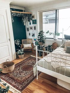 This is great for a laid-back but still stylish teen bedroom! This is great for a laid-back but still stylish teen bedroom! Related posts: 37 Insanely Cute Teen Bedroom Ideas for DIY Decor Teen Bedroom Ideas – – 15 Stylish DIY Projects for a Teen … Bedroom Vintage, Modern Bedroom, Bohemian Bedroom, Room, Room Decor, Bedroom Design, Home Decor, Chic Bedroom, Apartment Decor