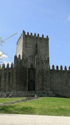 Guimarães, o berço de Portugal | via Viaggiando 04.03.2014 | A cidade soube preservar o seu passado memorável e seu Centro Histórico é considerado Património Cultural da Humanidade pela UNESCO. Foto: Castelo de Guimarães