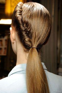 Rompe con lo establecido. Una coleta puede ser algo más que una goma sujetando el pelo. #Peluqueria #PabloDomeneEstilistas #Estilistas #Hair #Beauty #SmoothTeraphy #Villena #Alicante #Unisex #MarcaVillena #SoyMarcaVillena #BellezaSinAgresion #yourHairLoveIt #HairStyle #Moda #Tendencias #Fashion #HairStylist #Style #Coletas  www.pablodomene.com