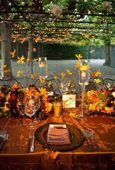 Fall wedding table decor /// #wedding #fall #leaves #orange #party #tablescape