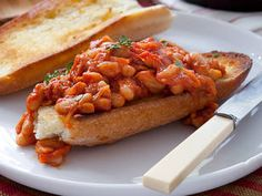 Boston baked beans on toast Baked Beans On Toast, Boston Baked Beans, What's For Breakfast, Breakfast Dishes, Breakfast Recipes, British Dishes, Baked Bean Recipes, English Food, English Meals
