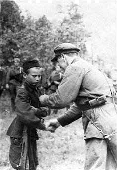 Child soldier in the Soviet Union, Military use of children . Turkish Soldiers, Turkish Army, Sad Pictures, Red Army, Korean War, Vietnam War, South Vietnam, World History, World War Two