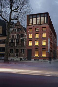 Kendall - Antwerp Renovation of a warehouse to offices SD Worx/ Stramien cvba Architecture Firm Brick Architecture, Industrial Architecture, Industrial Loft, Building Facade, Building Design, Photo New, Roof Extension, Extension Google, Brick Facade