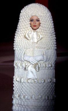 YVES SAINT LAURENT Automne-hiver 1965, Mariée de tricot robe portée par Audrey Marnay lors de la rétrospective Yves Saint Laurent, organisée en 2002