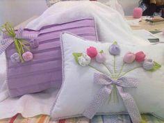 Almohadones con flores aplicadas