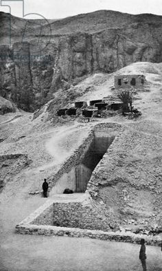 Discovery of the tomb of pharaoh Tutankhamun in the Valley of the Kings (Egypt) : entrance of the tomb, 1922
