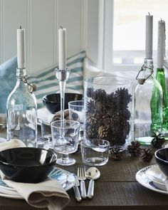 When there aren't any flowers growing, decorate the table with scattered pine cones instead! Dinner party #IKEAIDEAS from #IKEAFAMILYMAGAZINE and Gina in Norway