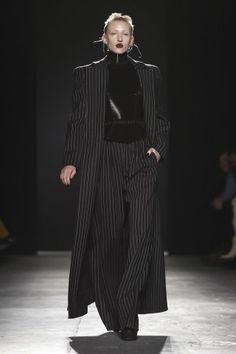 Gareth Pugh Ready To Wear Fall Winter 2018 London Latest Winter Fashion, Autumn Fashion 2018, Gareth Pugh, Live Fashion, Fashion Show, Fashion Design, Steampunk Fashion, Gothic Fashion, Winter Looks