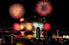 兵庫県神戸市の夜景をバックに展開する海上花火大会。尺玉やスターマイン、仕掛け花火が神戸港一帯をまばゆく照らし出し、海と一体化した演出が見事だ。打ち上げ場所をグル...