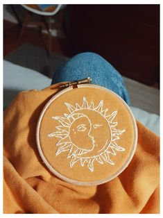 Simple Embroidery Designs, Floral Embroidery Patterns, Embroidery On Clothes, Couture Embroidery, Embroidered Clothes, Embroidery Fashion, Hand Embroidery Patterns, Diy Embroidery, Embroidery Hoops