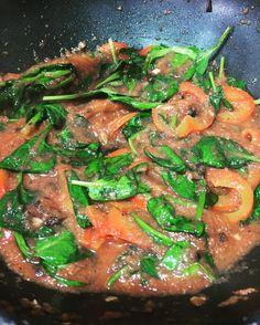 Preparant una salsa a la #puttanesca per un bon plat de #quinoa #salsa #sauce #espinacs #anxoves #olives #tomaquet #spinach #anchovies #olives #tomato #food #foodporn #yummy #healhyfood #healthy #slowfood #inprocess