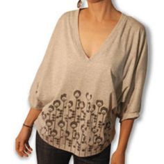 This is one of my favorite types of shirts to wear.  The silhouette on me works!  This is a FREE pattern.  It look s super easy.  I want to try this.