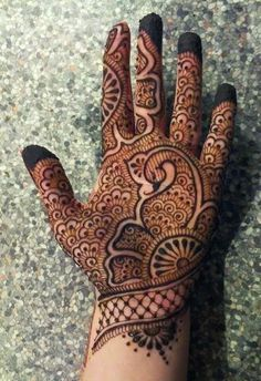 Check out the 60 simple and easy mehndi designs which will work for all occasions. These latest mehandi designs include the simple mehandi design as well as jewellery mehndi design. Getting an easy mehendi design works nicely for beginners. Henna Hand Designs, Mehndi Designs Finger, Peacock Mehndi Designs, Latest Bridal Mehndi Designs, Full Hand Mehndi Designs, Mehndi Designs For Beginners, Mehndi Designs For Girls, Latest Mehndi Designs, Tattoo Designs
