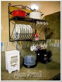 blog de decoração - Arquitrecos: Escorredor de pratos na parede: Liberando a bancada!! + Pesquisa de mercado Arquitrecos Plate Racks, Dish Racks, Small Space Storage, Hidden Storage, Kitchen Redo, Kitchen Cart, Tea Cup Saucer, Pantry, Traz