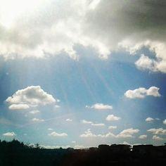 Los rayos de sol abriéndose paso entre las nubes.