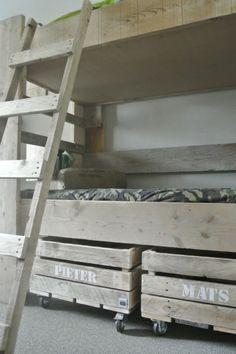 Ook een idee: kisten onder het bed ipv dichttimmeren met kastjes #Opbergkist #Sloophout #opruimen #Kids | Room26