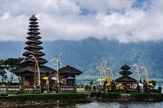 Templo Ulun Danu Bali.  Uno de los templos más importantes de Bali está situado en un lago en la zona norte .................................................................................  Podéis seguir mis hashtags #sergiobejar o #vidacallejerafotos ------------------------------------------------------------------------------  #indonesia #Bali #travel #traveling #vacation #instatravel #trip #holiday #fun #mytravelgram #igtravel #yourshotphotographer #tourism #instapassport