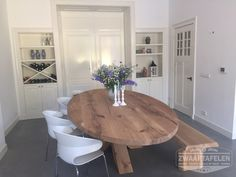 ZWAARTAFELEN I Ovale tafel bij een van onze klanten www.zwaartafelen.nl Kitchen Inspirations, Dining Room Design, Oval Table Dining, Dining Table, Kitchen Seating, Oval Dining Room Table, Refinishing Kitchen Tables, Dining Table Chairs, Rustic Dining Table