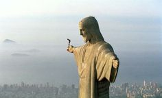 In this heart-stopping photograph, we see Austrian athlete Felix Baumgartner atop the Christ the Redeemer statue in Rio de Janeiro, Brazil. The photo shows Felix preparing to BASE jump the iconic statue back on December Felix Baumgartner, Cristo Corcovado, Christ The Redeemer Statue, Jesus Christ, Risen Christ, Savior, Image Foot, Base Jumping, Bungee Jumping
