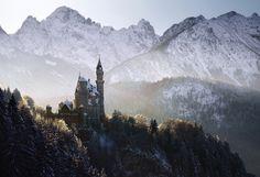 Kilian Schönberger est un photographe allemand basé à Cologne. Il a réalisé une série de photographies à l'atmosphère très intéressante dans le centre de l'Europe. Ses oeuvres paisibles et mystérieuses s'inspirent des contes des frères Grimm. On découvre de fabuleux châteaux mais aussi des rivières et montagnes qui donnent des envies de randonnée. Pour en […]