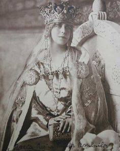 Regina Maria a Romania in her coronation robes 1922 Queen Mary, King Queen, Belle Epoque, Michael I Of Romania, Maud Of Wales, Romanian Royal Family, Central And Eastern Europe, Princess Alexandra, Tiaras And Crowns
