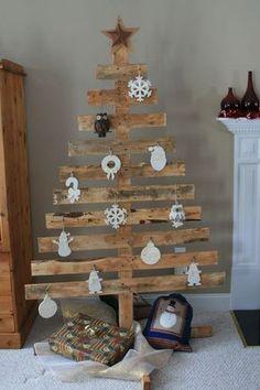 Tannenbaum aus einer Holzpalette mit weißen Anhängern geschmückt
