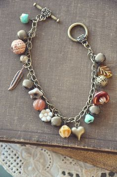 Every shoe-lover must have this bracelet. The bracelet has to do with 7 inches in length and 5 shoe beauties hang from the oval links of bracelet. Jewelry Closet, Hippie Jewelry, Beaded Jewelry, Indian Jewelry, Shell Bracelet, Bracelet Making, Jewelry Making, Ankle Bracelets, Jewelry Bracelets