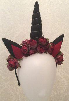 Tiara encapada gorgurão preto  Chifre preto com 16 cm  Orelhas pretas e bordô  Flores bordô