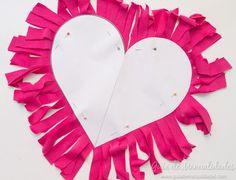 Cómo hacer un cojín corazón sin costuras - Guía de MANUALIDADES Tree Skirts, Valentines, Valentine Hearts, Christmas Tree, Holiday Decor, Crochet, Home Decor, Ideas, Patron Couture