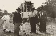 Fotografía de la llegada de los primeros tranvías a Cabral en 1914. El trayecto en aquellos días se cobraba por cada 1000 metros recorridos, de 5 en 5 céntimos hasta un máximo de 35, que era lo que costaba llegar de Cabral al Berbés.