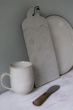 White Farmhouse Collection – Eat, drink, and enjoy while hosting your friends, colleagues or dears ones with this beautiful, handmade white ceramic tableware. kitchen for mom board about pottery art Hand Built Pottery, Slab Pottery, Pottery Bowls, Ceramic Pottery, Pottery Art, Ceramic Tableware, Ceramic Clay, Pottery Classes, White Farmhouse