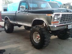 I totally adore this color selection for this lifted Old Pickup Trucks, Lifted Ford Trucks, 4x4 Trucks, Cool Trucks, Obs Truck, 1979 Ford Truck, Ford 4x4, Big Monster Trucks, Classic Ford Trucks