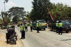 Tribratanews.com – Kepolisian Resor Grobogan melaksanakan kegiatan razia kendaraan bermotor dalam rangka Operasi Zebra Candi 2015 di Jalan Diponegoro Purwodadi, Grobogan, Jawa Tengah, Rabu (28-10-2015).  Berdasarkan informasi yang dihimpun dari Sat Lantas Polres Grobogan hasil Operasi Zebra Candi 2015 telah menindak 1.350 pelanggar, dengan rincian 450 tindakan langsung (tilang) dan 800 teguran.