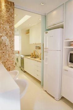 divisão entre cozinha e lavanderia Exterior Design, Interior And Exterior, Top Freezer Refrigerator, Bathtub, Kitchen Appliances, Bathroom, House, Furniture, Laundry