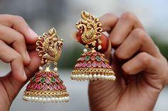 Gold Jhumka Earrings, Indian Jewelry Earrings, Peacock Earrings, Jewelry Design Earrings, Gold Earrings Designs, Gold Jewellery Design, Jhumka Designs, Temple Jewellery, Gold Designs