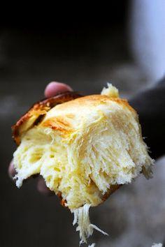 Brioche Ingrédients : 300 g de farine type 55 - 40 g de sucre - 15 g de levure fraîche de boulanger - 1 càs de lait - 3 œufs moyens + 1 jaune - 100 g de beurre froid - 1 càc de selJust brioche