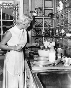Doris Day Cooking at home 1950