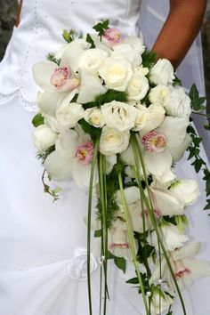 Wasserfall-Brautstrauß aus Orchideen und Rosen
