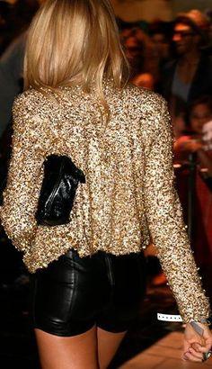 Shorts de cuero y blazer dorado.