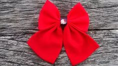Un bel accessoire dans une nuance intense de rouge avec un design très féminin, le nœud papillon broche est le choix parfait pour compléter vos tenues élégantes ou décontractées.   Il s'accroche par une attache classique de 25mm couleur argent. Il est entièrement cousu main.  Peut se porter sur une chemise, une robe, un pull, un t-shirt ou comme accessoire de sac, tout est permis.  Dimensions: 11 cm x 15 cm Tissu voile