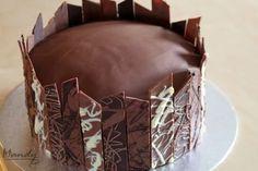 Kuvioiduilla suklaalevyillä koristelu